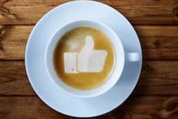 Een kop koffie met een duimpje erin zoals het duimpje van Facebook