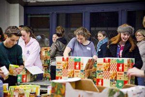 Jongeren die kerstpakketten inpakken tijdens de Kerstpakkettenactie Zwolle.