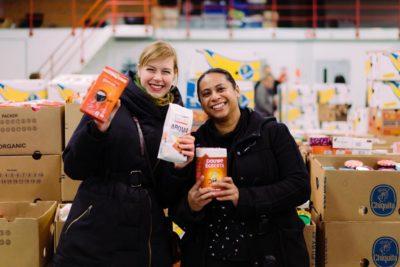 Inpakavond Kerstpakkettenactie 2018 - 2 vrouwen lachend op de foto