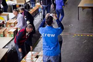 Teamlid van de Kerstpakkettenactie Zwolle in beeld die een foto maakt.